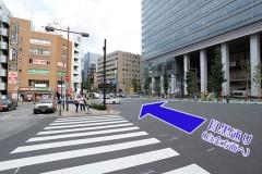 ②駅前のバスロータリーを左に見て、横の歩道を渡ってください。